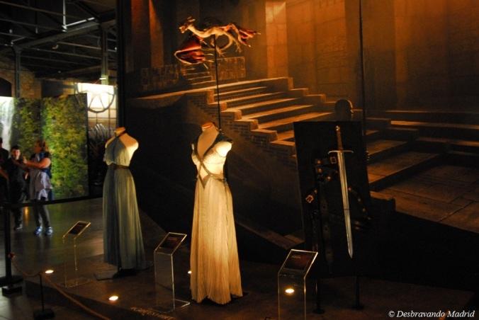 Vestidos de Misandei e Daenarys à chegada aMeeren, reprodução de um dos dragões utilizado na 3ªtemporada e a espada de Jorah Mormont
