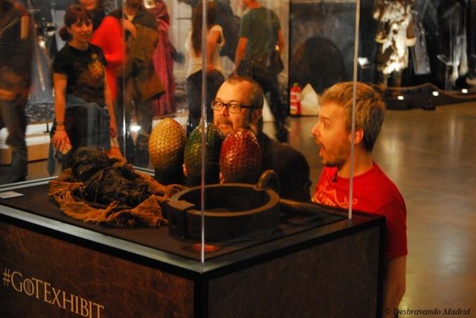 Ovos de dragão e 2 pessoas provavelmente conhecidas da TV espanhola