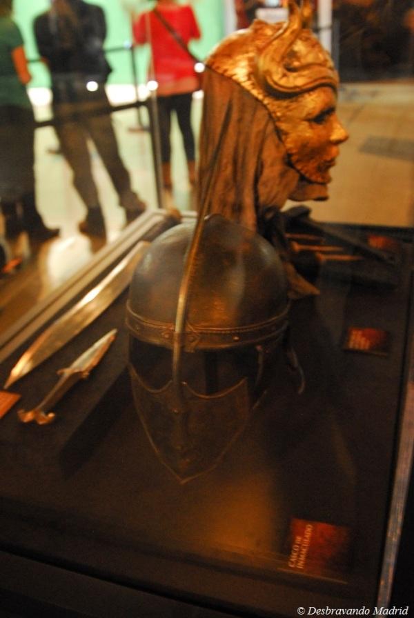 Capacete dos Imaculados. Ao fundo à direita, os pregos com que foram crucificados os mestres de escravos em Meeren